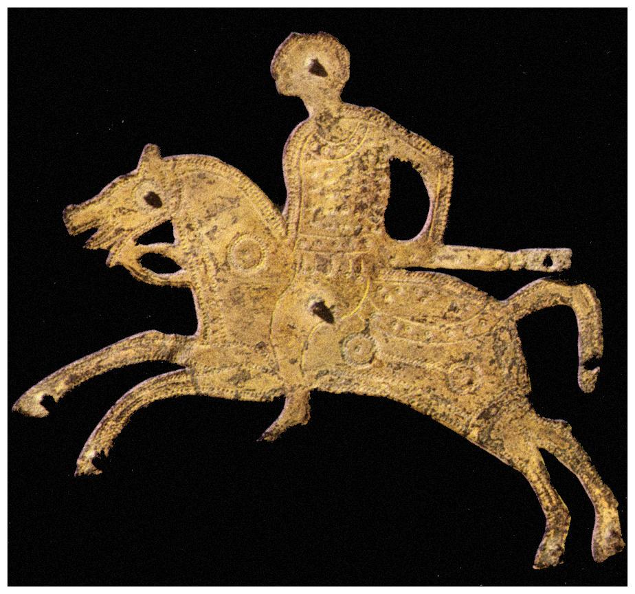 Una lamina decorativa che ci mostra un guerriero a cavallo (testimonianza dell'arte orafa longobarda).