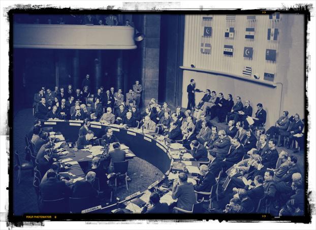 L'Assemblea dell'ONU il 22 settembre 1948, pochi mesi prima dell'approvazione del testo definitivo. Come in tutti i luoghi in cui è necessario discutere, i posti dei rappresentanti sono disposti in semicerchio: le persone devono infatti poter parlare rivolte le une verso le altre, guardandosi negli occhi.